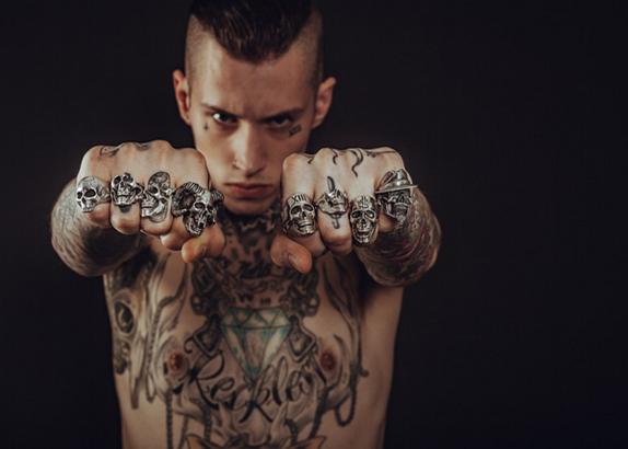 uomini tatuati per serie tv Rai